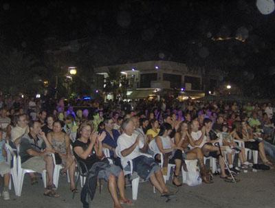 Il pubblico presente in Piazza Giorgini