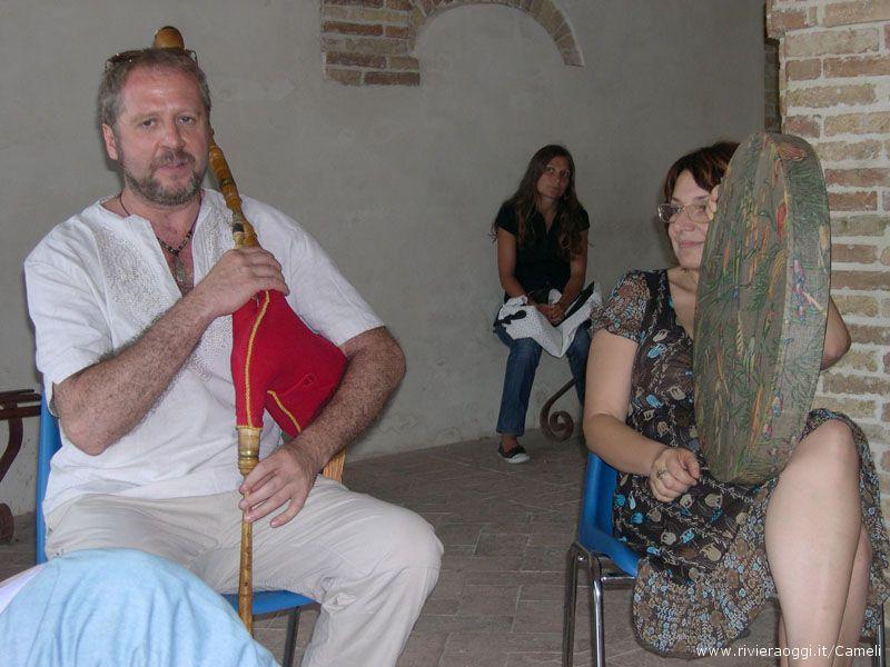 Mauro Salvatori e Daniela Barra danno un assaggio della ghàita  e dello strumento della pioggia
