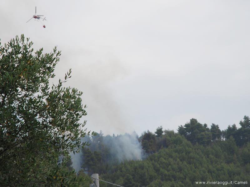 L'elicottero dei Vigili del fuoco al lavoro sulle fiamme