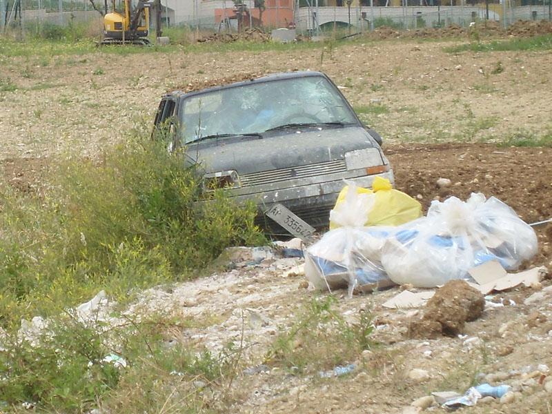 La macchina abbandonata e l'immondizia