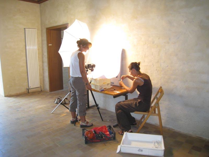 I reperti vengono siglati, fotografati e catalogati prima di essere collocati nelle teche