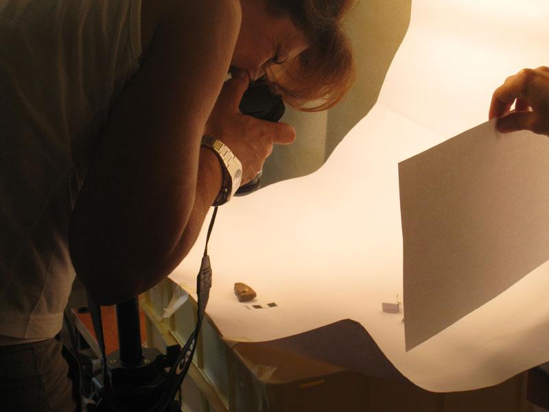 I reperti vengono fotografati, siglati e catalogati prima di essere inseriti nelle teche