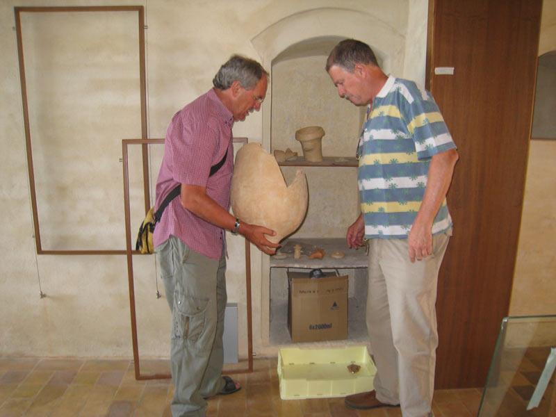 Andrea Staffa (a destra) e il suo collaboratore Osvaldo Corneli alle prese con un'anfora romana da collocare in una delle sale
