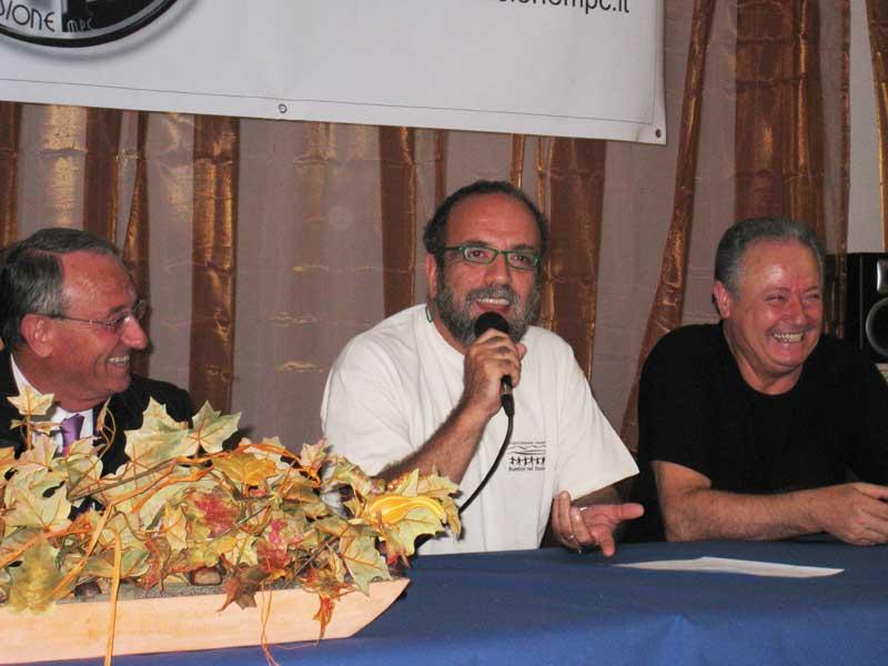 Giobbe Covatta tra il sindaco Di Salvatore e Giuliano Marcozzi, del gruppo