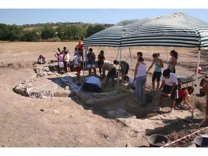 I ragazzi del campo archeologico 2007 al lavoro nello scavo