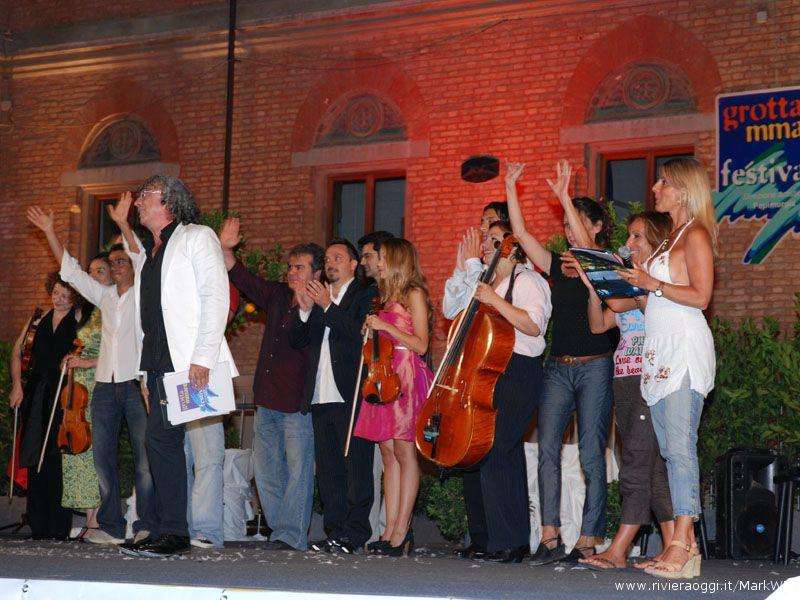Tutti sul palco per il saluto finale