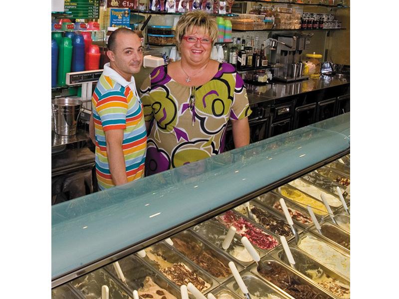 Antonio Camelli e la moglie Romina in gelateria