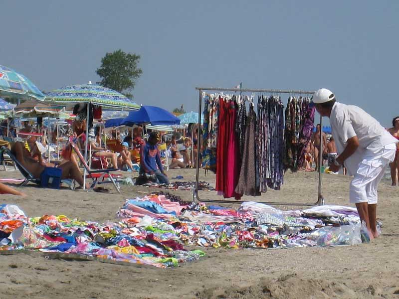Bancarella abusiva su un tratto di spiaggia a Martinsicuro