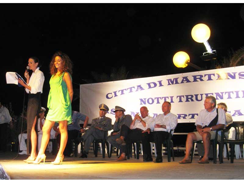 Raffaella Fico sul palco durante la premiazione dei carri