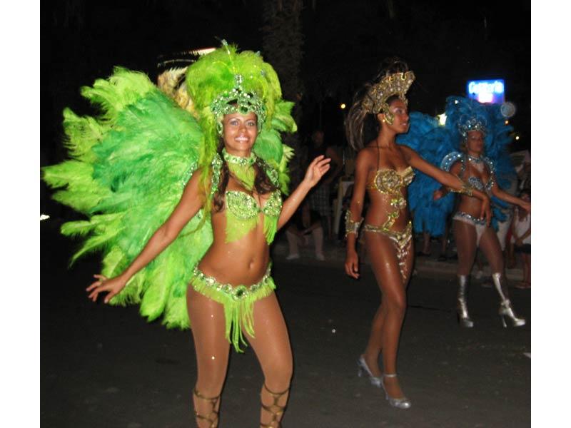 Un gruppo di ballerine brasiliane aprono il corteo dei carri