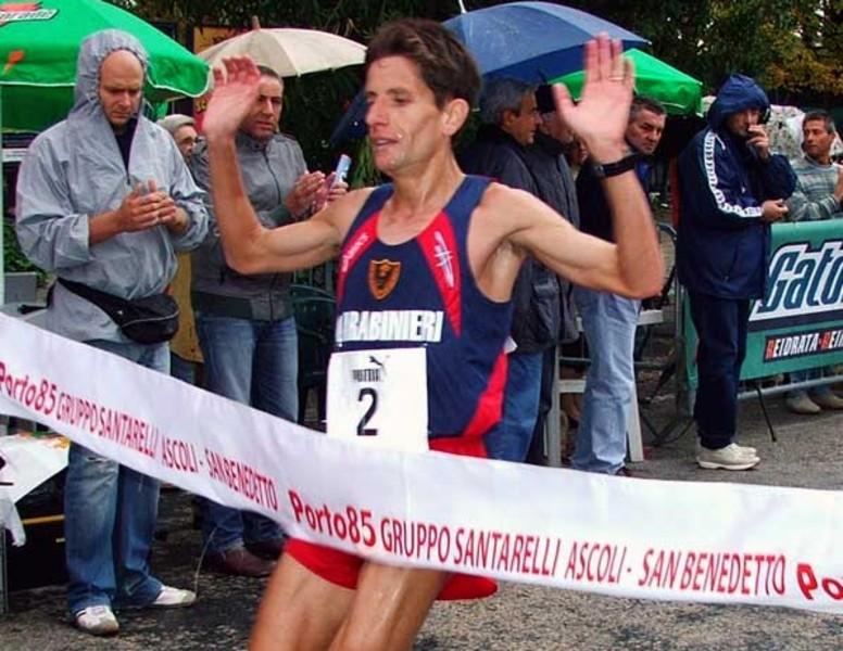 Denis Curzi taglia il traguardo della Ascoli-San Benedetto 2008