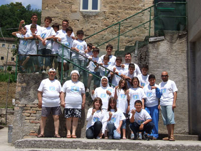 Una foto di gruppo dei partecipanti al camposcuola