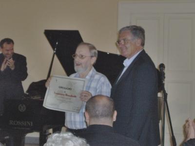 Il sindaco Torquati dona la targa a Francesco Bissolotti