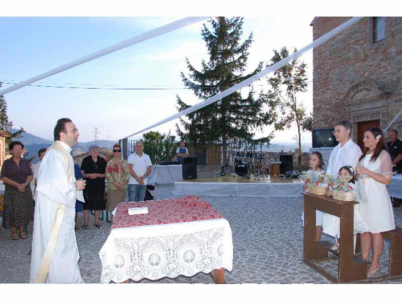 Una delle prove che i concorrenti hanno dovuto superare è stata quella di organizzare la festa di fidanzamento ad una coppia di giovani di Montelparo, con tanto di benedizione del prete del paese