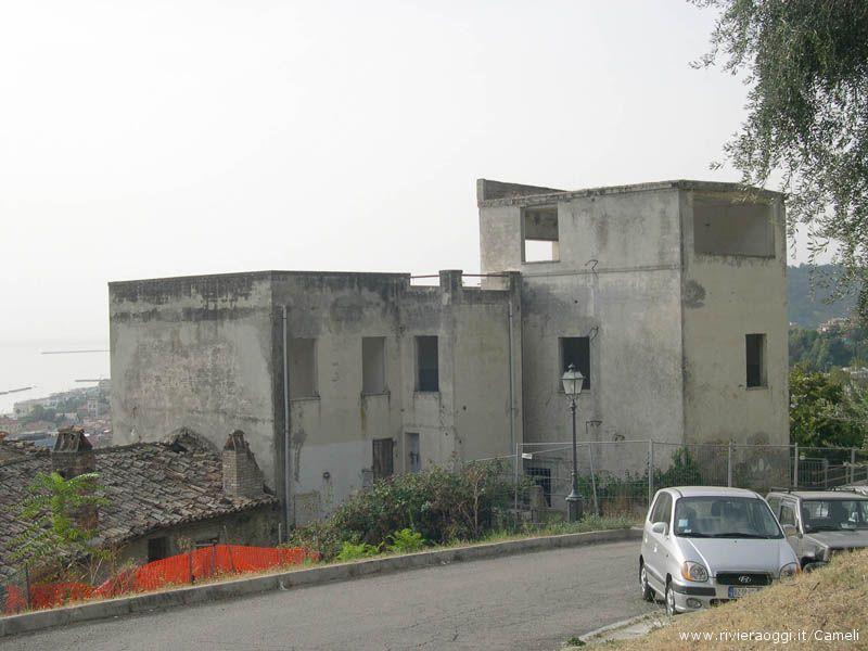 L'ex-ospedale, non proprio una bella vista per i turisti che parcheggiano all'estrata del centro storico