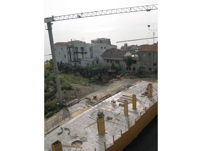 Il cantiere che attualmente sta costruendo il nuovo edificio sullo sfondo altre case non proprio adeguate al paesaggio