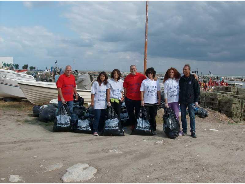Alcuni dei sacchi di spazzatura raccolti nelle spiagge
