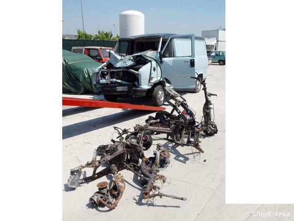 Il furgone e gli scooter coinvolti nell'incidente dove hanno perso la vita 4 ragazzi minorenni  (foto Chiodi/Ansa)