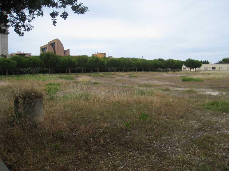 Il terreno adiacente alla chiesa di Villa Rosa che sarà messo in vendita dal Comune