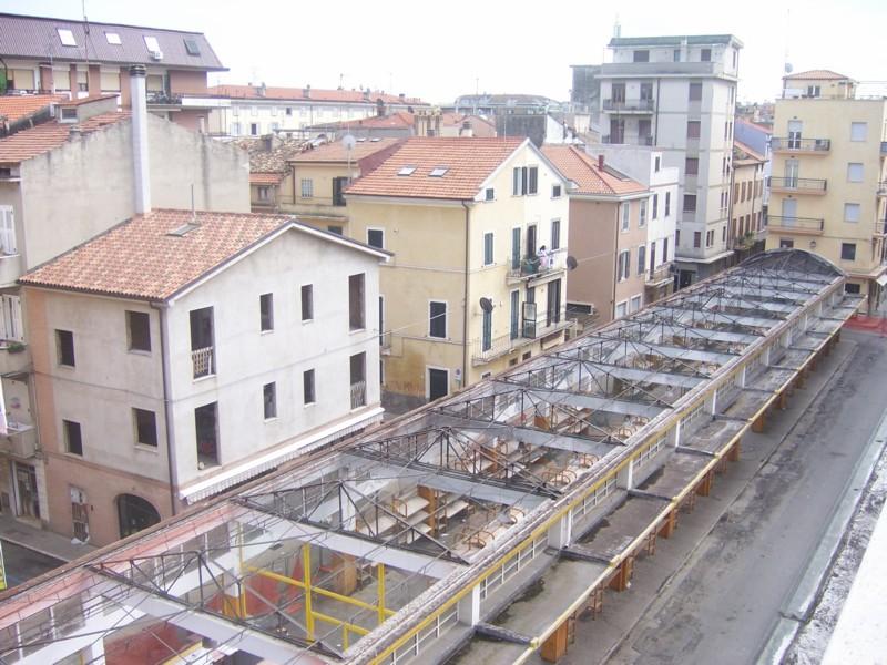 Il mercato di via Montebello dopo lo smantellamento della copertura in eternit