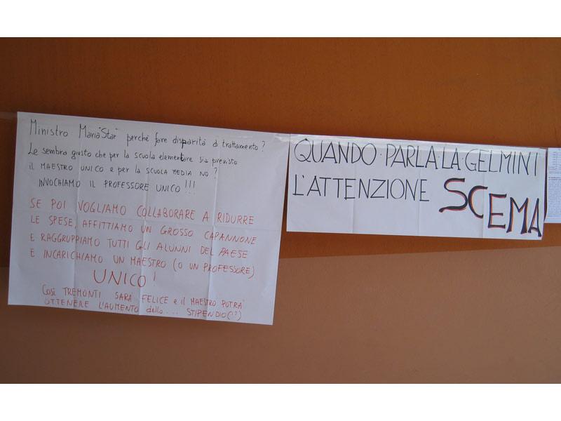 Alcuni dei manifesti esposti nella scuola durante l'occupazione