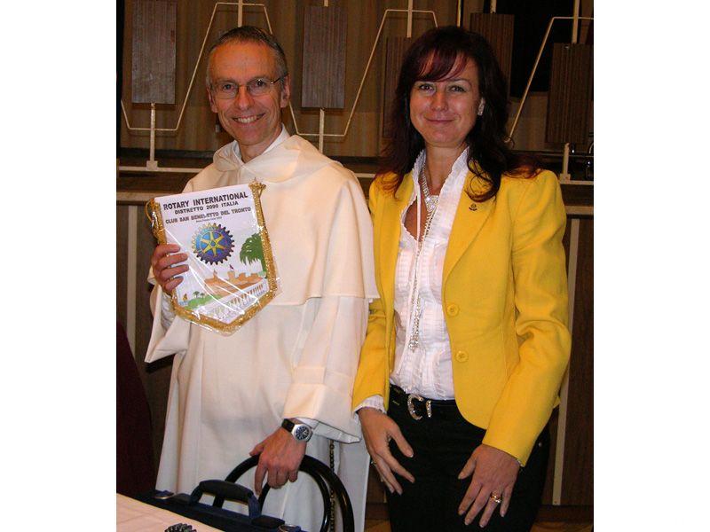 Francois-Marie Dermine riceve la targa ricordo del Rotary Club di San Benedetto dalla presidente Gabriella Ceneri