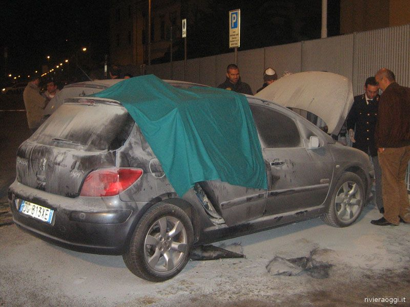 La Pegeout 307 andata a fuoco di fronte all'ospedale, mentre le forze dell'ordine compiono i rilievi necessari