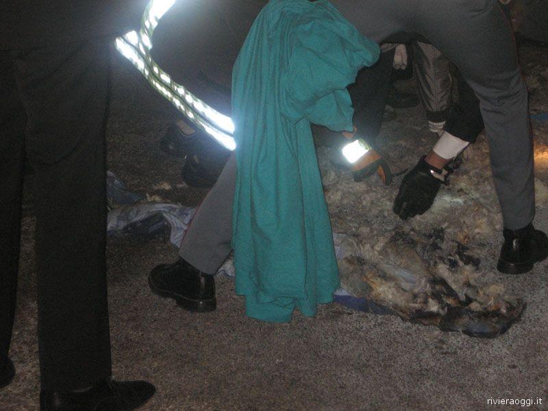 La polizia scientifica esamina i resti del sacco a pelo dentro cui è stato trovato l'uomo trovato morto all'interno della Pegeout 307