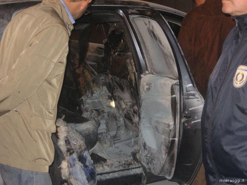 L'interno della Peugeot 307 mentre le forze dell'ordine fanno i rilievi del caso dopo il misterioso incendio