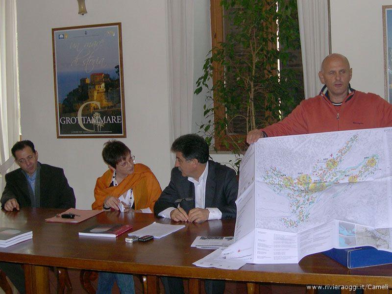 La carta del rischio mostrata dal professor Fabrizio Torresi, da destra il sindaco Luigi Merli, l'architetto Liliana Ruffini ed il responsabile provinciale Bruno Bonifacio
