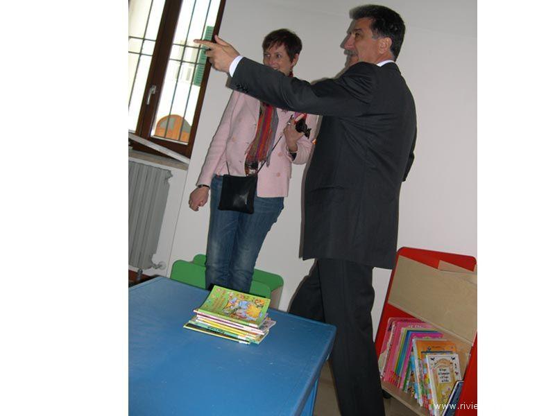 L'architetto Ruffini e il Sindaco Merli nella saletta per bambini