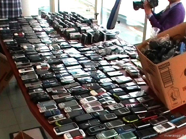 Rubano 300 cellulari arrestati sul tetto di porto grande for Cellulari 150 euro