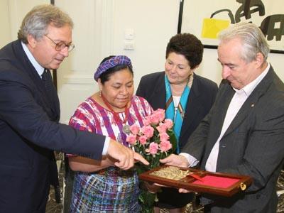 Rigoberta Menchù accolta dal presidente della Regione Marche Gian Mario Spacca e il presidente del consiglio regionale Raffaele Bucciarelli