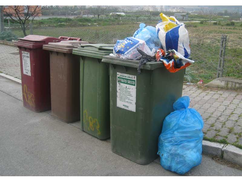 Bidoni della raccolta differenziata lungo una strada a Martinsicuro.