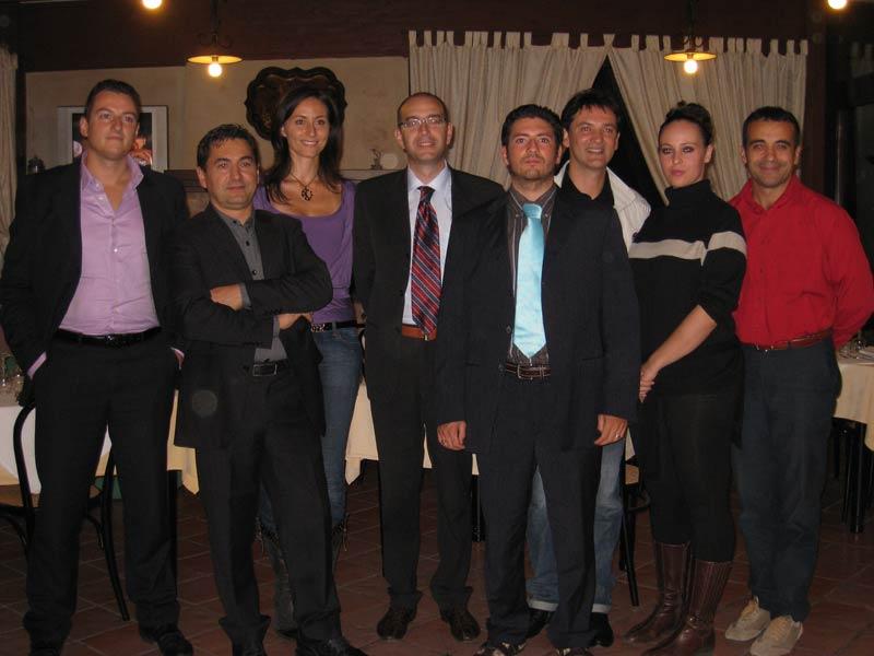 Il gruppo di associati al circolo locale della Dc per le autonomie, con al centro (quarto da sinistra) il consigliere regionale Bruno Sabatini