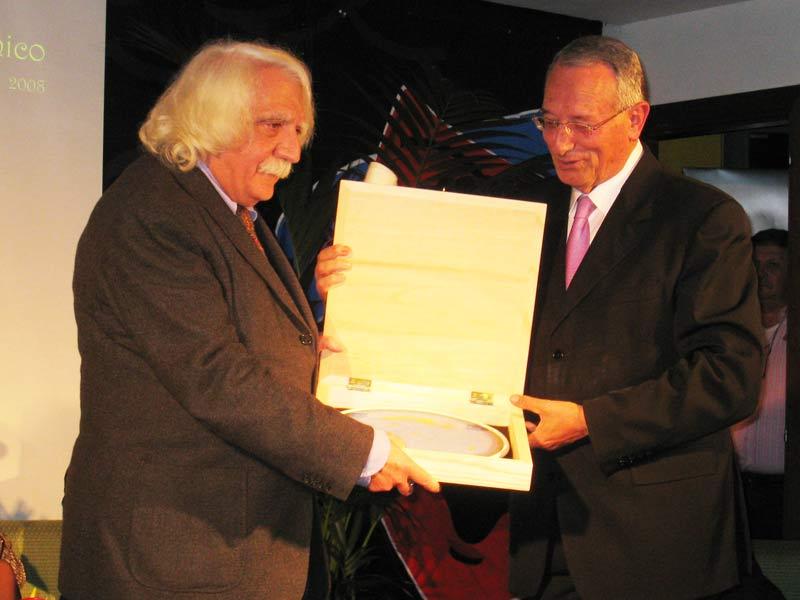 Pietro Carriglio premiato dal sindaco Di Salvatore