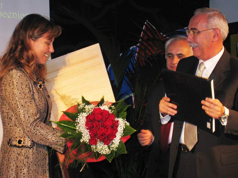 Vanessa Gravina premiata dal presidente dell'associazione Villarosa Cultura Pietro Dursi