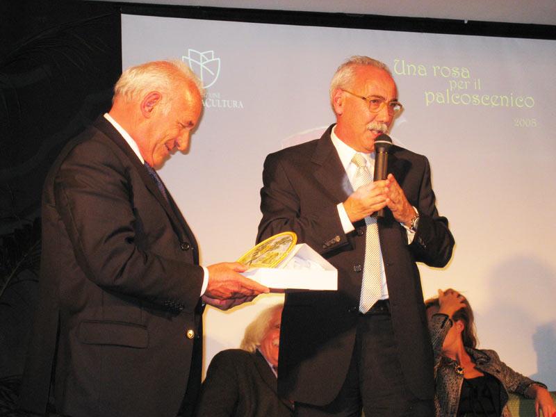 Federico Fiorenza riceve un riconoscimento per la sua collaborazione al premio