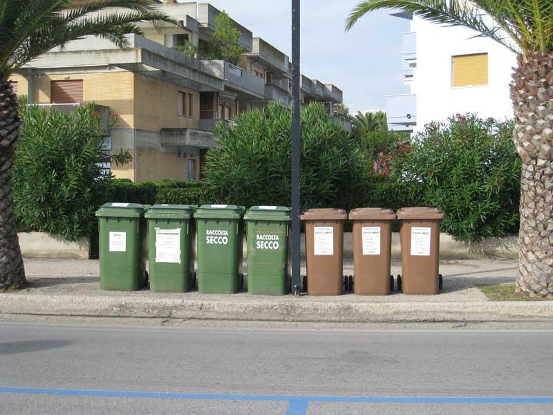 Bidoni della spazzatura sulla passeggiata del lungomare di Martinsicuro