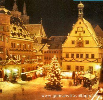 L' atmosfera natalizia di un mercatino, che incanta numerosi turisti e visitatori.
