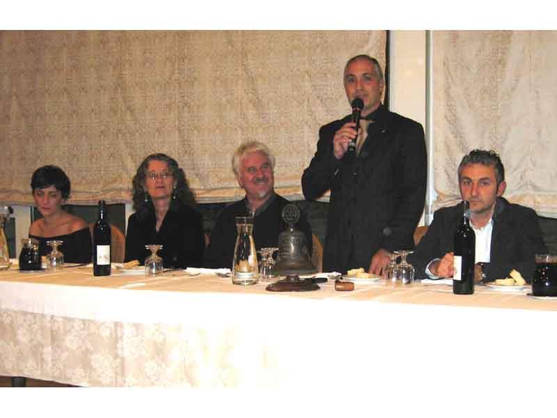 Il presidente del Rotary club di San Benedetto Nord Filippo Olivieri ringrazia l'artista Nazzareno Luciani