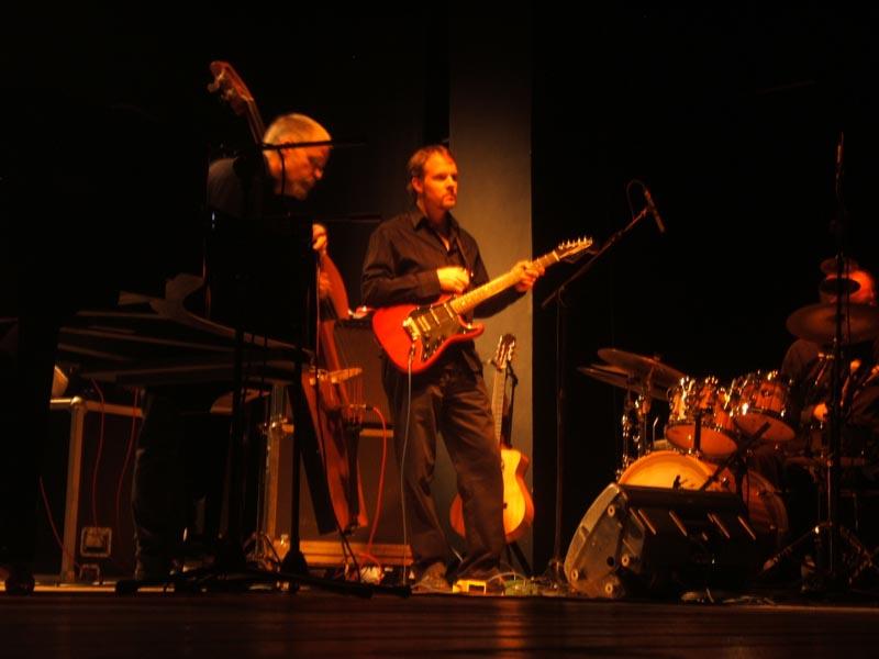 Neal Alger alla chitarra, Michael Arnopol al basso ed Eric Montzka alla batteria