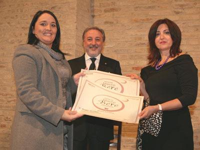 L'enologa Katia Gabrielli dell'azienda Velenosi premiata dalla giornalista Tiziana Capocasa dell'associazione