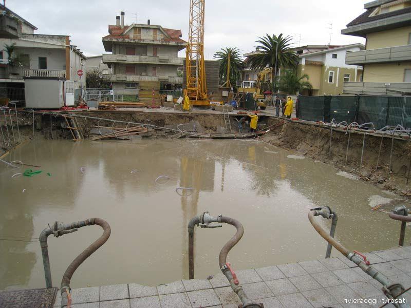 12 dicembre: si cerca di tamponare la frana sotto il basamento della gru del cantiere