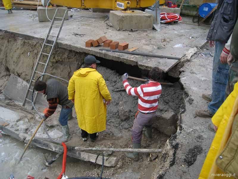 12 dicembre: maltempo, si cerca di tamponare la frana sotto il basamento della gru del cantiere