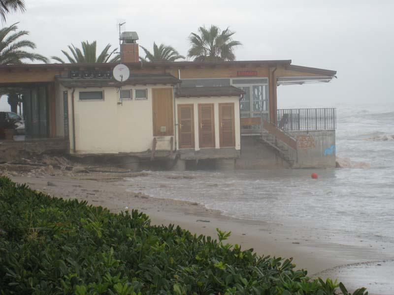 Il mare lambisce lo chalet Eden Gala, la spiaggia è portata via dalla furia del mare