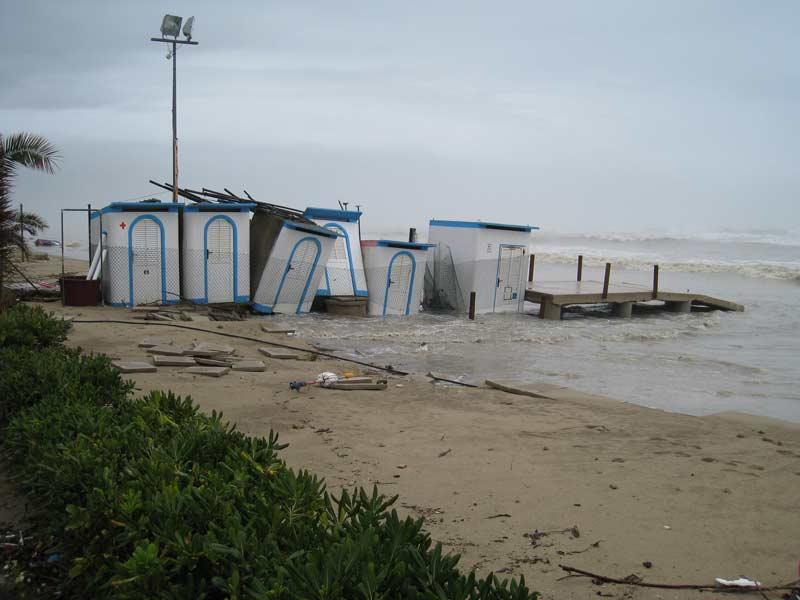 ALcune strutture sulla spiaggia all'altezza dell'Hotel Galf a Villa Rosa