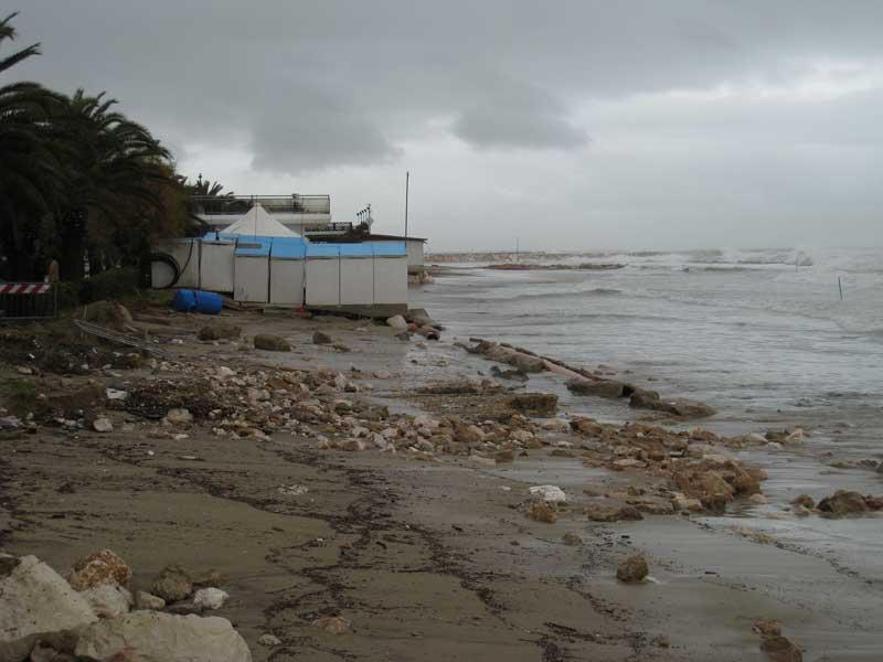 La spiaggia nel tratto di litorale all'altezza dei Bagni Massimo