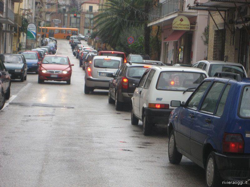 12 dicembre, via Voltattorni alle 13: una lunga fila di automobili blocca la circolazione