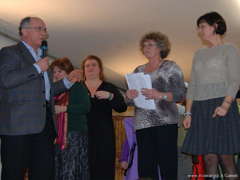 Il dirigente scolastico Mario Gabrielli con le insegnanti